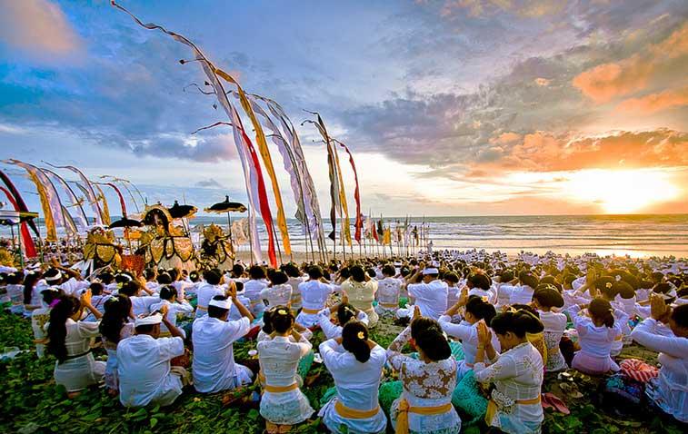 Традиционная церемония на берегу океана, остров Бали