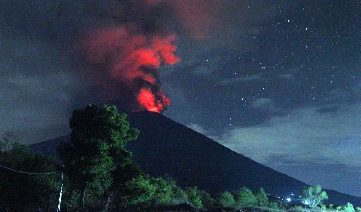 Проснувшийся вулкан Агунг