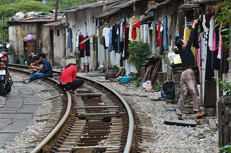 поезд на узких улочках Ханоя