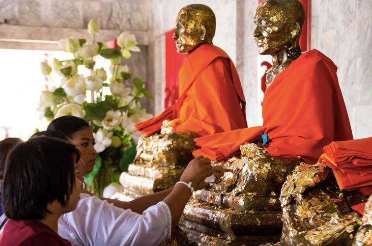 Сусальное золото на буддийских статуях