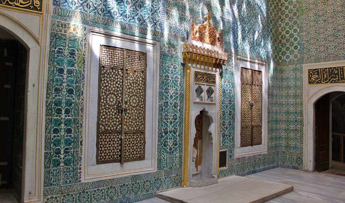 Зал с фонтаном - вестибюль, где женщины ждали разрешения войти к султану. Photo credit: farm7.staticflickr